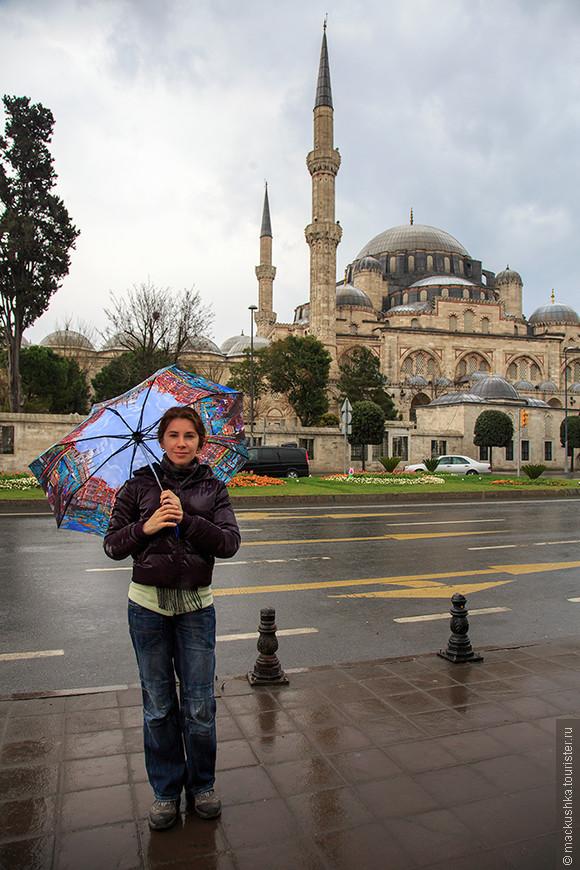 Воскресное утро началось с дождя и пронизывающего ветра. Вот и зонтик пригодился, не зря тащили. :)