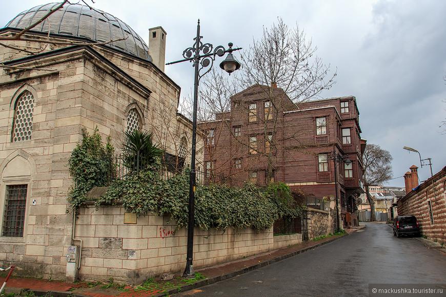 Нам снова встречались мечети почти на каждом шагу, они дружно соседствуют с жилыми домами.
