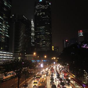 В Куала-Лумпур мы прилетели под вечер. Так как мы жили в пешей доступности от Петронас, то сразу же, несмотря на усталость после перелета, отправились к ним.  Город с первых же мгновений поразил своей урбанистичностью. Я думала, что Куала-Лумпур будет больше похож на деревню, но оказалось, что он в состоянии переплюнуть многие города Америки и Европы