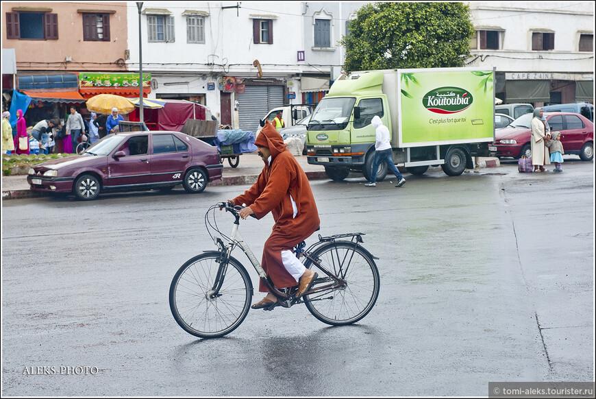 Интересно, как марокканцы в своих халатах ездят на велосипедах. Капюшон - непременный атрибут местной одежды, ведь здесь, на берегу Атлантики, дуют сильные ветра...