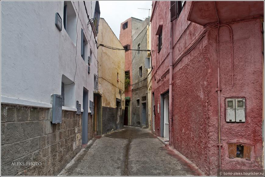 Когда мы покидали Эль-Джадиду, полил дождь. Интересно, что улицы городов в Марокко устроены таким образом, чтобы был уклон и вода стекала вниз. Арыков, так свойственных нашей Средней Азии, где прошло мое детство, здесь я не увидел ни разу...
