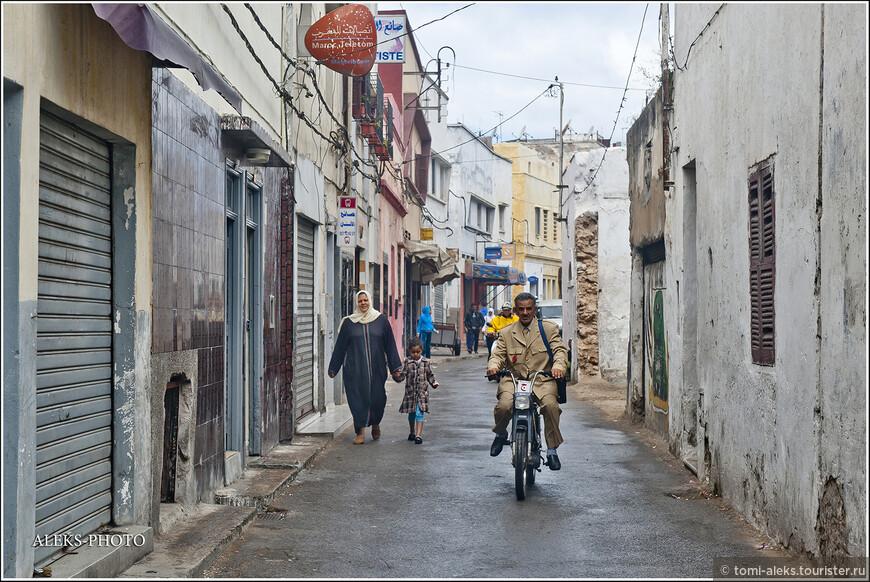 Кто это так лихо едет на мопеде в форме, почтальон, полицейский? Я разглядеть не успел... Кстати, мотоциклы на узких улочках марокканских городов создают проблемы для пешеходов, особенно, когда едут вам в спину...