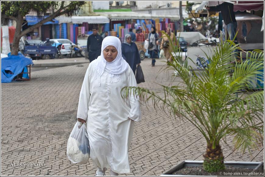 Какая-то местная Фатима, Гюльнара или Гюльчетай в национальном наряде. Хорошо, что еще лицо открыто...