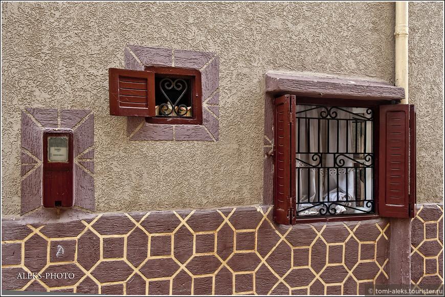 Хозяева этого дома не поленились сделать его отделку. Чаще всего стены домов в нетуристических частях городов, вообще не отделаны...