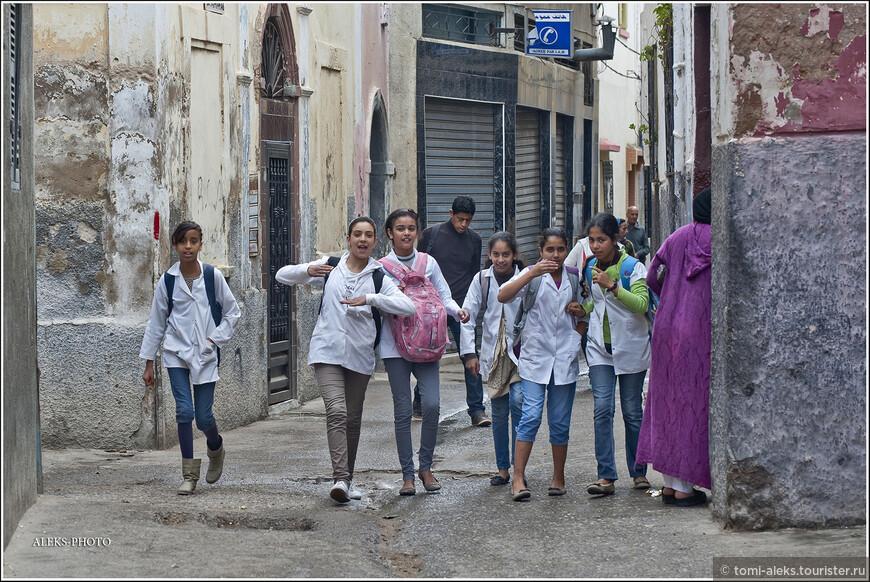 Марокканские дети, наверно, такие же, как и дети всего мира... Хотя странно видеть в строгой мусульманской стране девочек в джинсах...