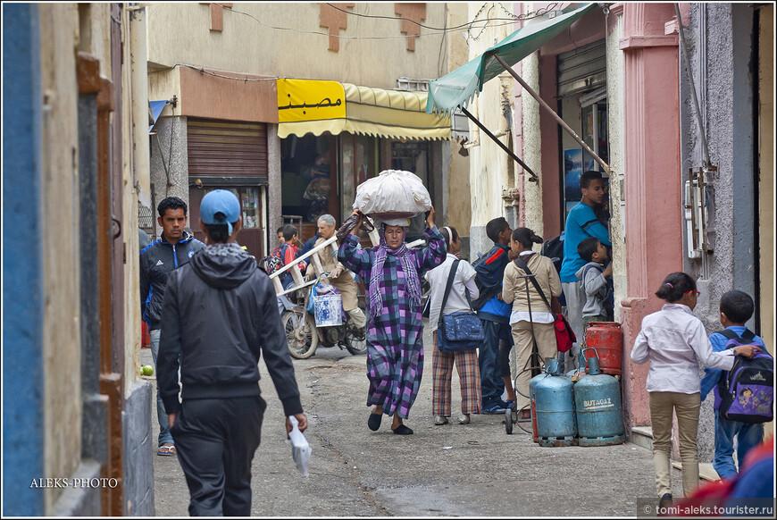 Как и в Индии, женщины в Марокко нередко носят грузы прямо на своей голове...