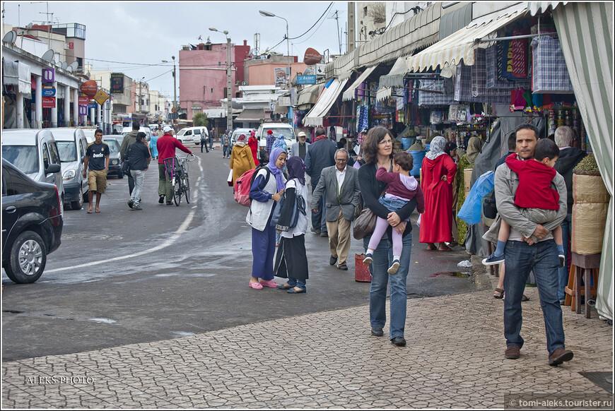 Вот - довольно интересный пример, когда марокканец женится на европейке. Хотя - это всего лишь мое предположение. Но эти двое - вполне тянут на семейную пару, а женщина - явно не марокканка...