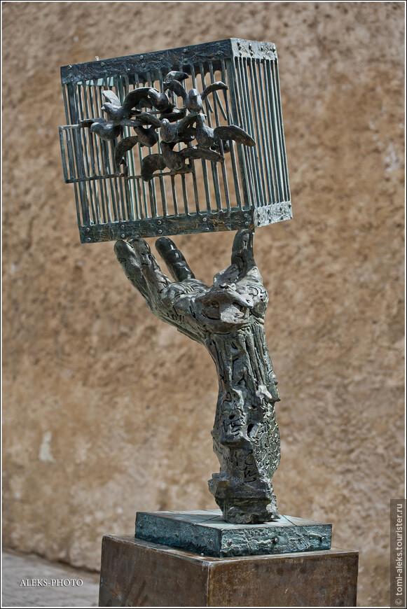 Похоже здесь, как и в Индокитае, любят отпускать птиц на волю. Символическая скульптура...
