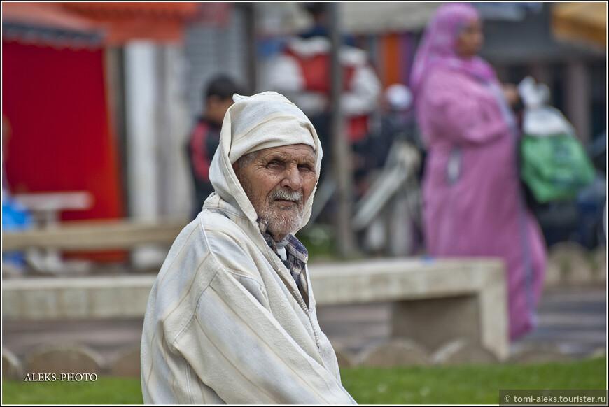 Этого дедулю мы уже видели. Он, как шпион, внимательно следит за передвижением иностранных туристов. Иначе - сидеть скучно... Надо же чем-то заниматься...
