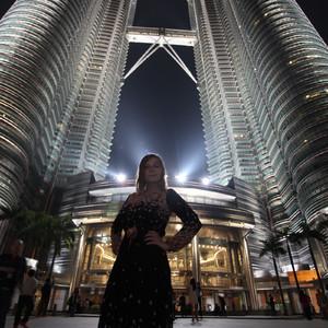Вторую и последнюю ночь в Куала-Лумпуре мы с мужем решили провести подле Петронасов, устроив персональную фотосессию для меня )