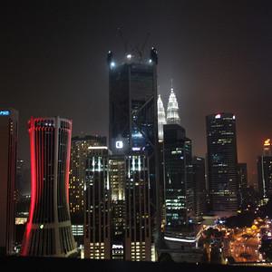 Представьте, вот такой вид открывается с высоты, на которой расположен отель, ночью...