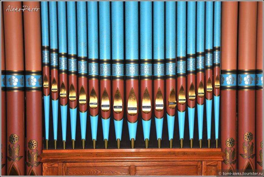 На самом деле органов в церкви два. Вот такой нарядный — орган в маленьком зале...