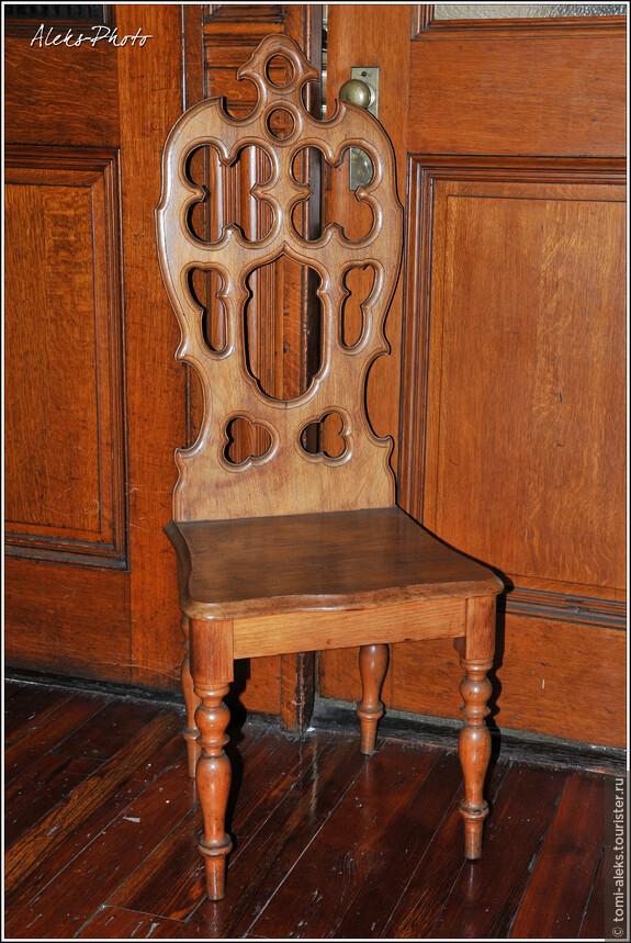 Мебельный раритет того времени. Из настоящего дерева - вес соответствующий...