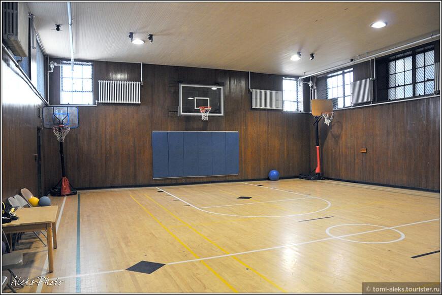 А это может кого-то удивить. Дело в том, что почти во всех методистских церквях в США есть свой спортивный зал. И, на самом деле, это здорово — здесь пекутся не только о здоровье духовном, но и о физическом...