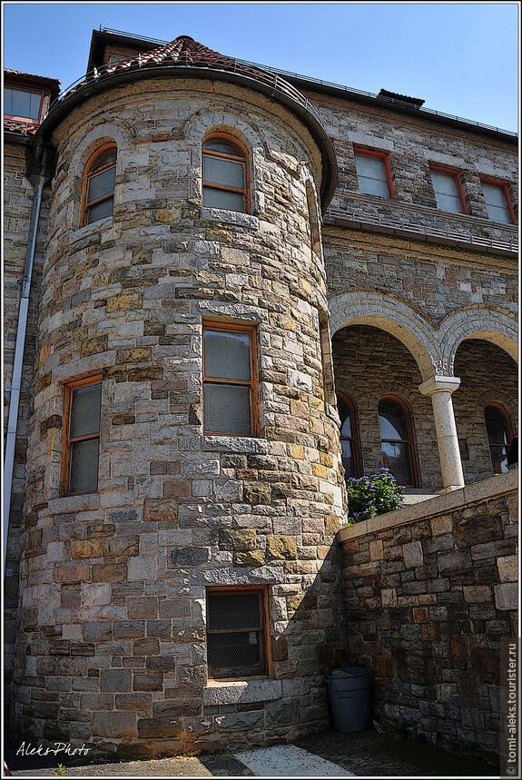 Каменные стены церкви...