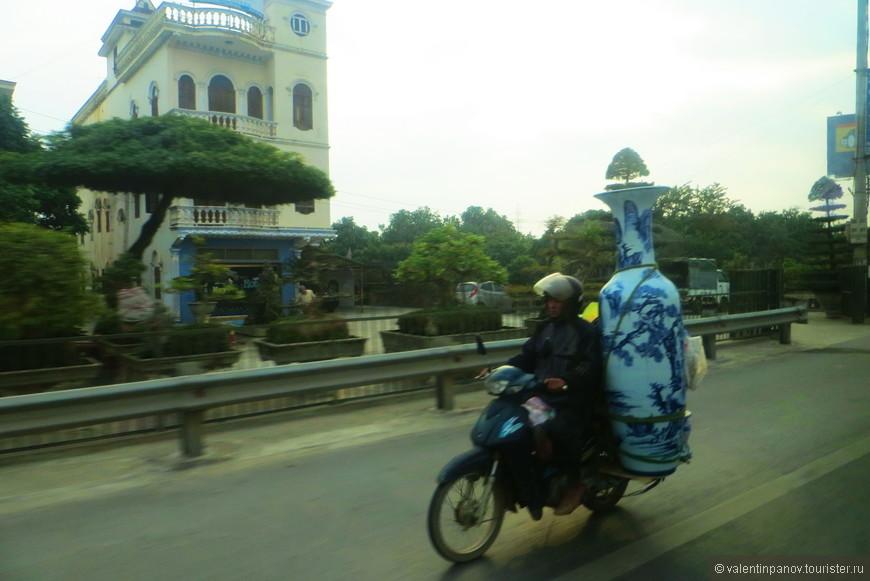 Охренеть, чего только они не перевозят на мотоциклах! Деревья, кусты, мебель... А тут такую огроменную вазу! Ну не чудаки ли?
