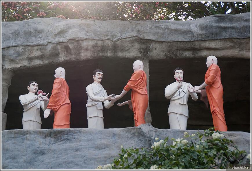 """Человек в центре, передающий монаху подношение, кажется знакомым. Это либо Иосиф Виссарионович, либо Арменка из сериала """"Реальные пацаны"""")))"""
