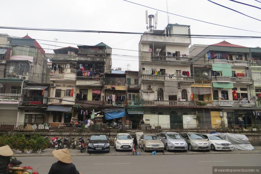 Обычная типичная улица в центре Ханоя между Озером Возвращенного Меча и мавзолеем Хо Ши Мину