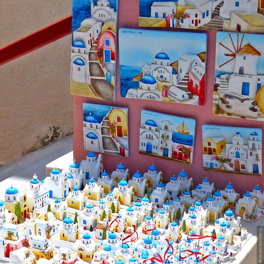 Вот и прибыли в Ию. Масса людей, жаркое солнце, сувениры и магазинчики.