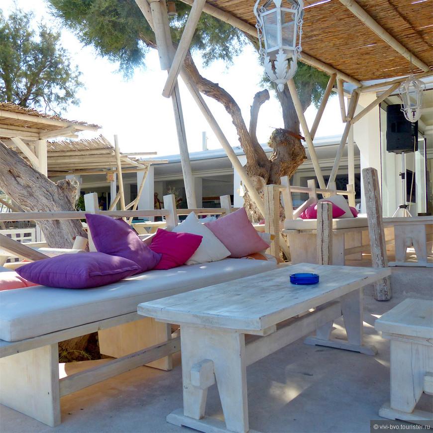 Кафе на пляже. Очень забавно смотрелись белая мебель и яркие подушки на черном песке пляжа.