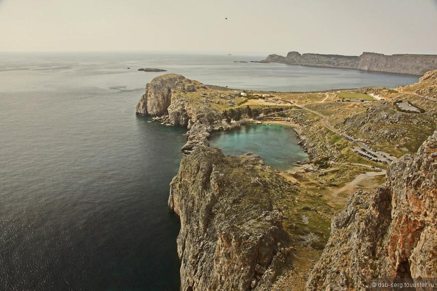 Бухта Святого Павла находится рядом с пляжем Линдос, у скалы, на вершине которой располагается Акрополь.