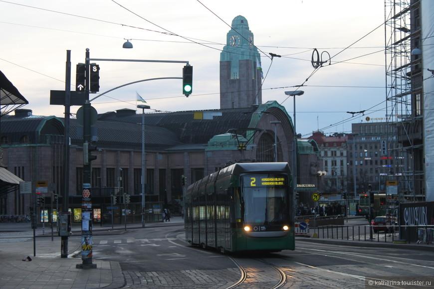 На заднем плане здание столичного вокзала. Пока еще пустое и тихое