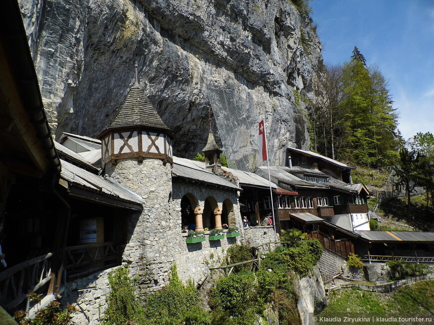 Вход в пещеры лежит через ресторан, как, впрочем, и выход.