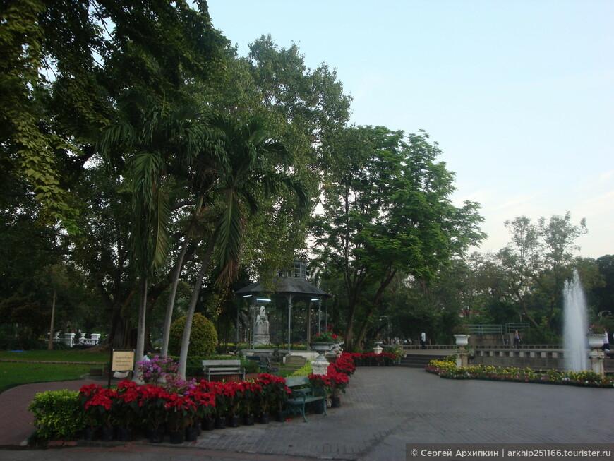 На другой стороне дороги расположен небольшой сад, который так же называется Саннам