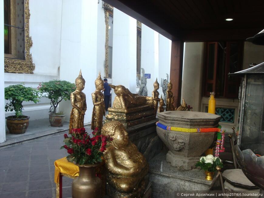 Храм Ват Пхо ( или Храм лежащего Будды) был построен в 1703 году