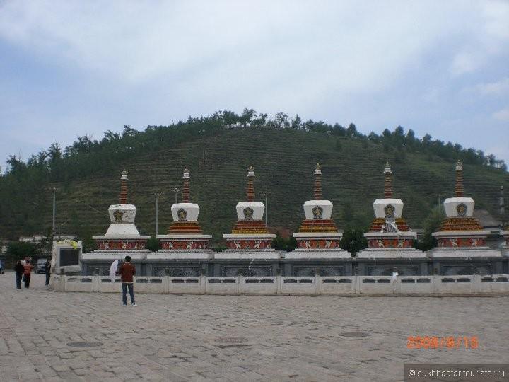 """Я люблю посещать буддийские святые места. Я взял отпуск и поехал в Тибет в августе 2008 году. Мой маршрут был: Уланбаатар-Эрлянь-Пекин-Ланжоу- Сининь- Монастырь Кумбум - Ланжоу- Хох хот- Эрлянь-Уланбаатар.Там в Тибете в Амдо около Кумбум родился великий мудрый Лама Зонкапа в 1357 году. Я поклонился , созерцался , стремился к Просветлению ради всех живых существ.Поездка был замечательный. Этот фото """"8 ступа для Счастья."""""""