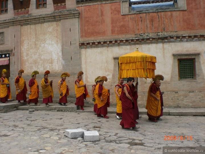 Ламы в прерыве  хурала- чтение буддийских сутр.