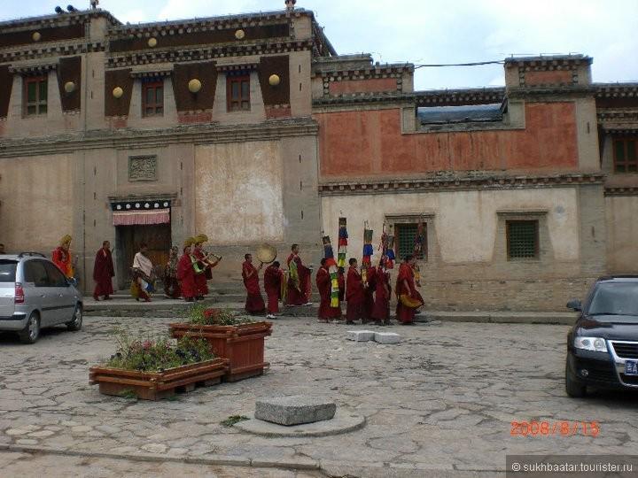 Здесь в монастыре Кумбум живут 700 тибетские ламы.