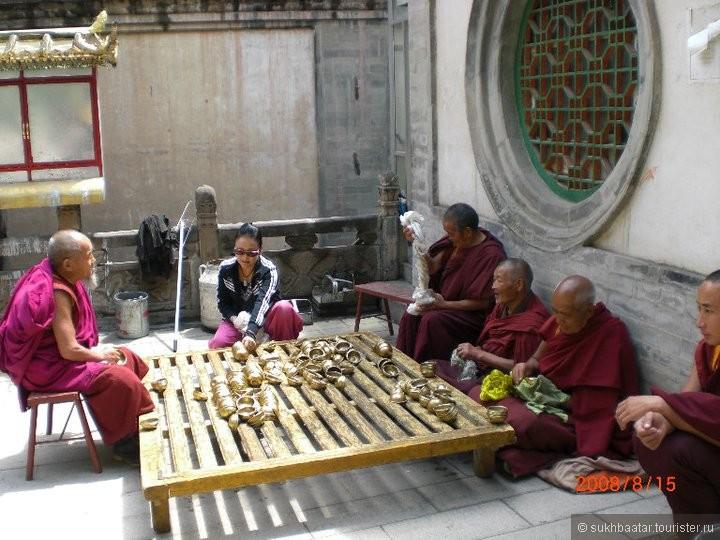 Тибетские старые ламы верно служит всю жизнь монастыру.Ламы полны счастливы.У них единственный цель - Просветление.