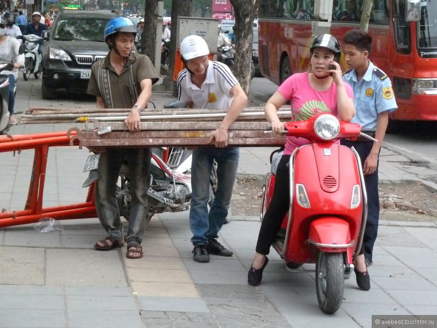 Мотобайк универсальное средство передвижения и перевозки людей и грузов. Но когда на мотобайк с девушкой начали грузить стальные балки, это приковало моё внимание и вызвало не поддельный интерес, как же она всё это повезёт...