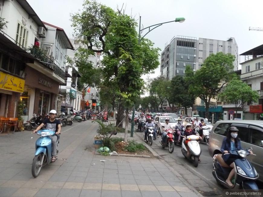 Пешеходные дорожки даны на откуп мотобайкам.