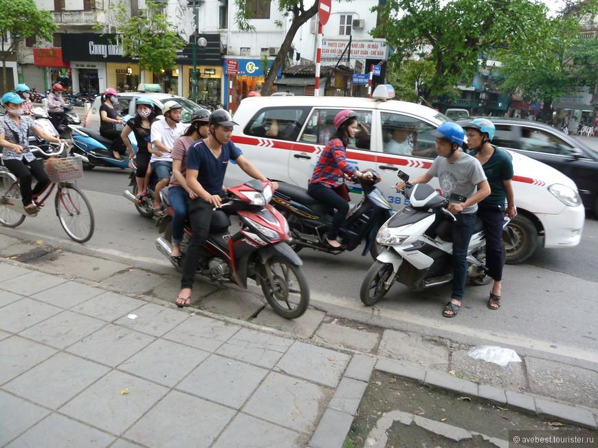 Движение на улицах Ханоя беспорядочно-хаотичное, каждый едет в нужном направлении абсолютно ни считаясь с ПДД.