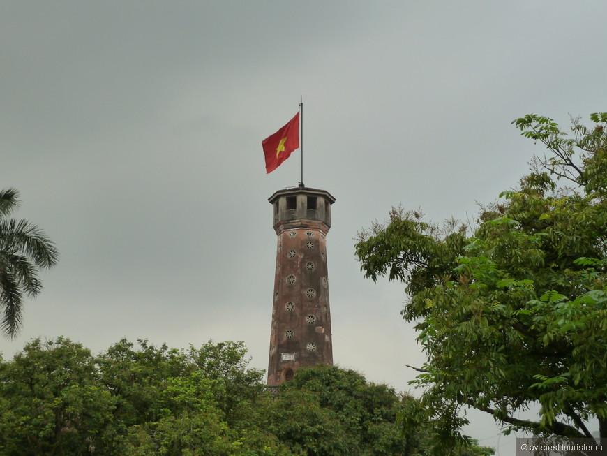 Знамённая башня Ханоя,  высота составляет 33,4 метра (с флагом - 41 метр). Башня является символом города. Построенная в 1812 году во время династии Нгуен, башня, в отличие от многих других зданий Ханоя не была разрушена. Во времена французского господства над Вьетнамом (1885-1954 год), она использовалась для наблюдения за окрестностями и как точка сообщения между штаб-квартирой и отдаленными военными постами.