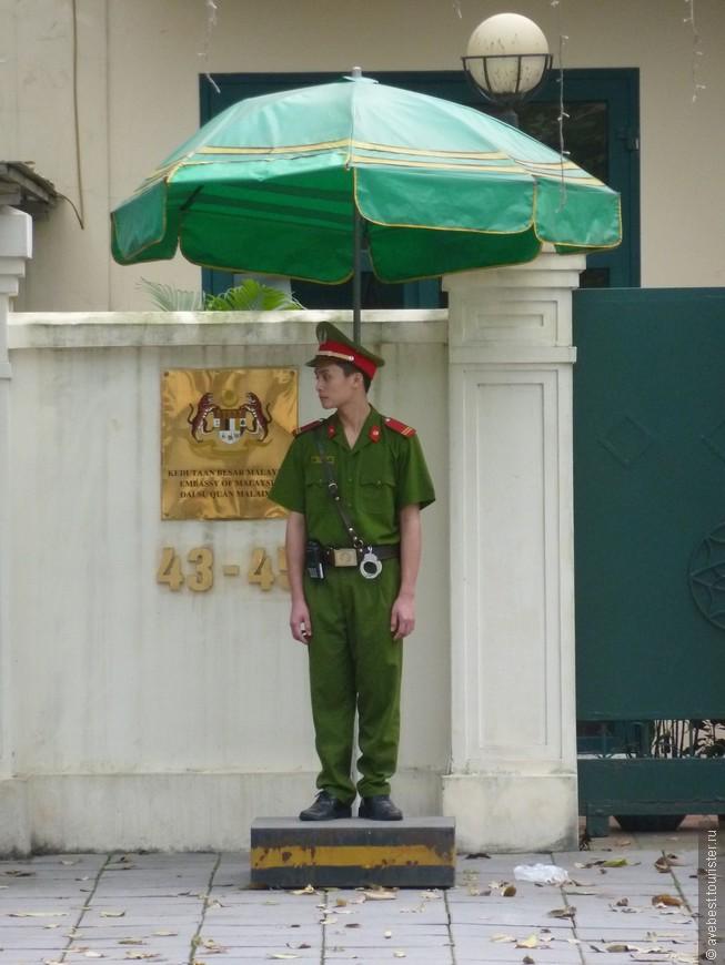 Постовой у посольства Малайзии.