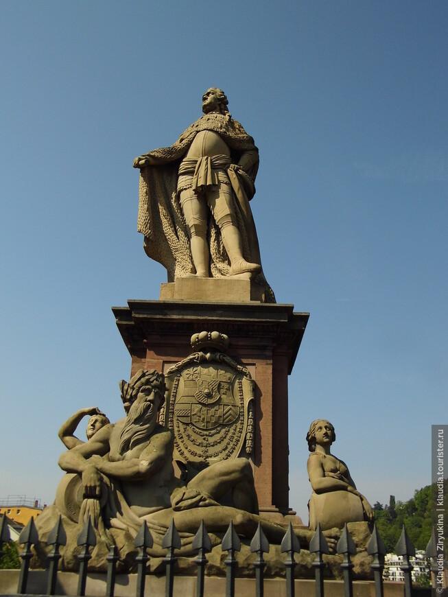 Карл Теодор, курфюрст 18 века, в честь которого назван мост.