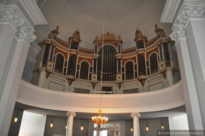Потрясающий орган внутри собора