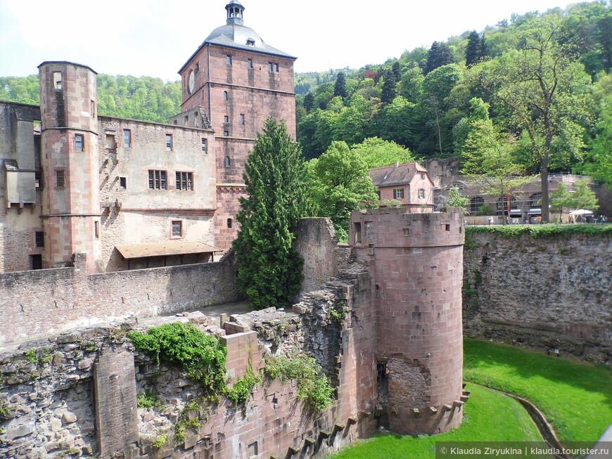 Замок -- смешение веков и стилей.