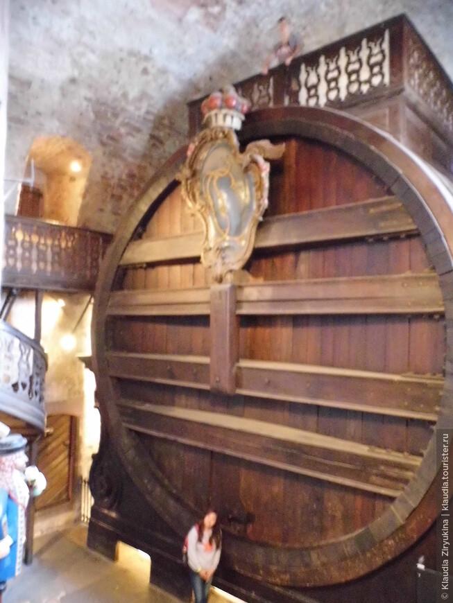 Самая большая бочка, длина 9м, высота 8 м, диаметр 7м, объем 221726 литров.