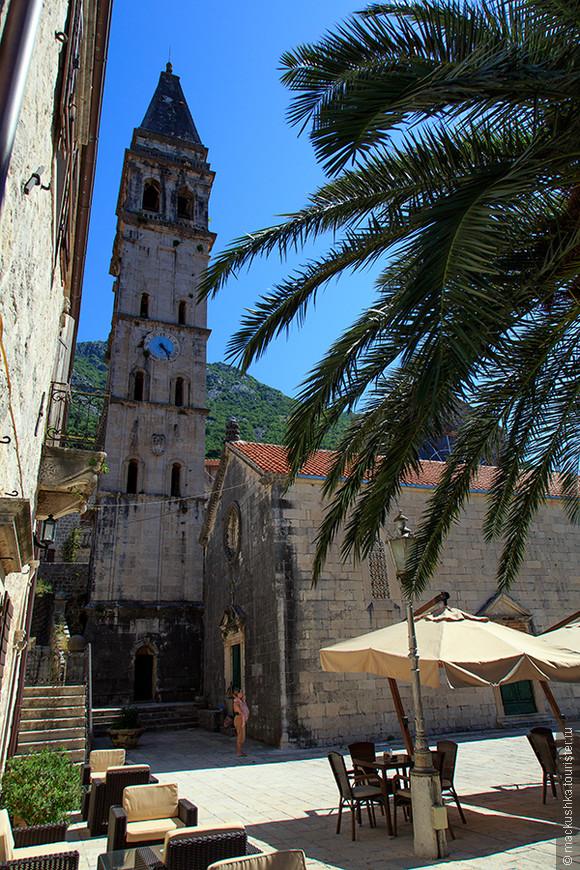 Среди церквей Пераста особо выделяется Церковь Святого Николая (Crkva Sv Nikole) (1616), располагающаяся на одноименной площади. Скромный фасад скрывает величественное внутреннее убранство, состоящее из деревянного потолка и мраморных резных алтарей в стиле барокко, роспись выполнена художником Трипо Коколя. По соседству с Церковью Святого Николая возвышается 55-метровая колокольня (1691), которую до сих пор украшают колокола, доставленные из Венеции в 1730 г. Колокольня, с которой открывается великолепный панорамный вид на залив, открыта для туристов с мая по октябрь (вход платный, 2 евро).