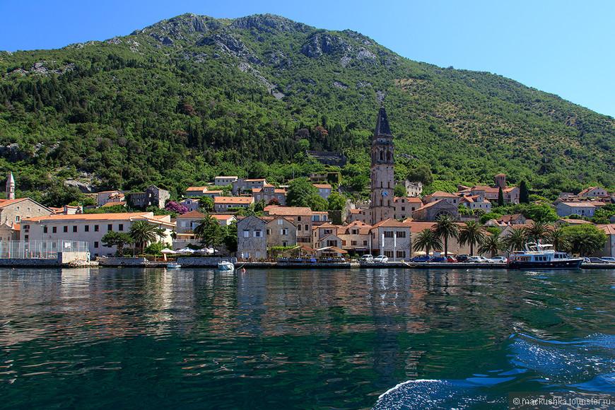 Вид на город с воды, вернее с кораблика, который везет нас на остров под названием «Мадонна на рифе» или «Божья Матерь на скале».