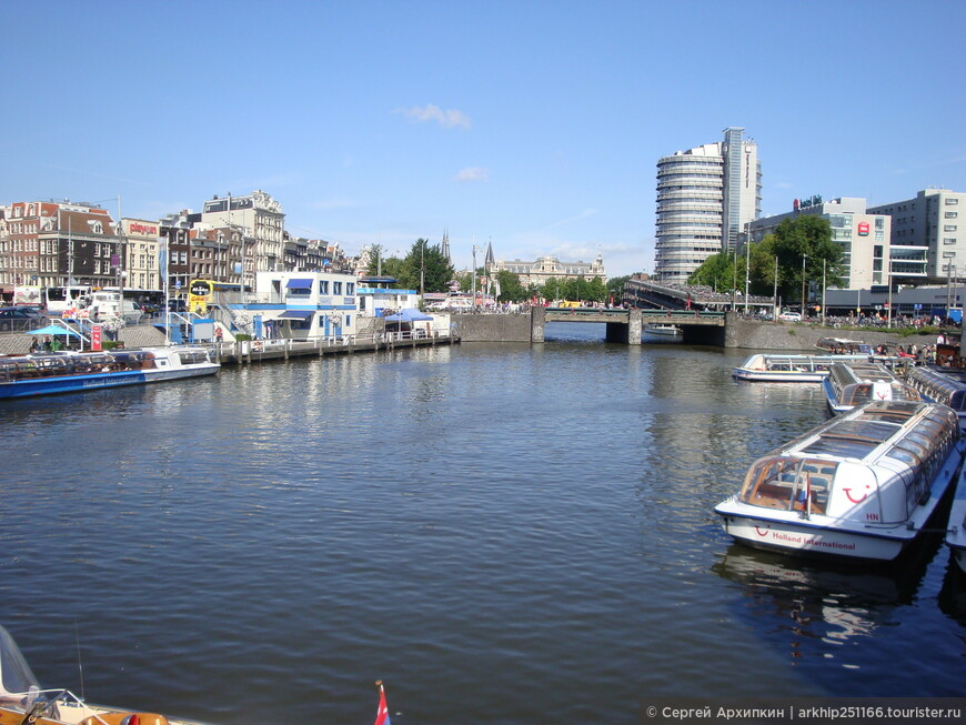 У железнодорожного вокзала Амстердама - начинаются каналы