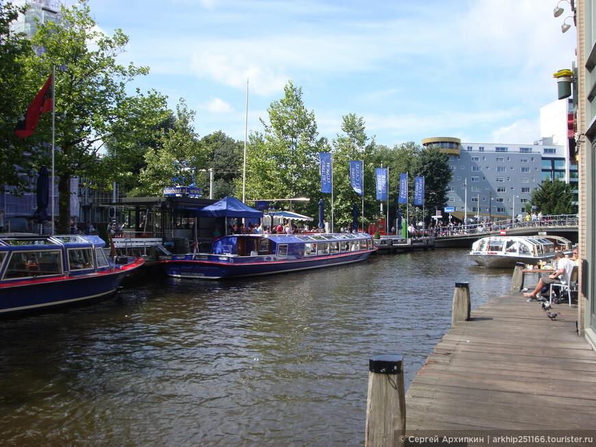 Можно прокатиться вот на таких корабликах по каналам Амстердама