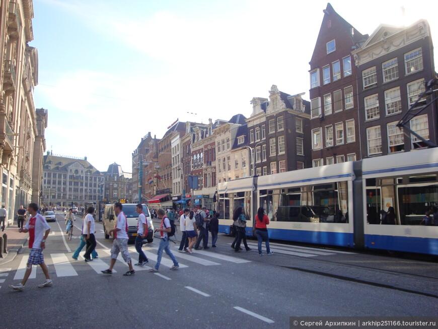 Центральный проспект Амстердама,который приведет к железнодорожному вокзалу