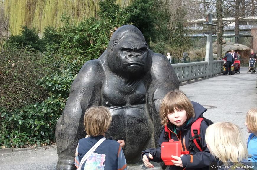 Фигура орангутанга на входе в зоопарк. Орангутанги - это действительно самое потешное животное в этом ZOO, за которым можно наблюдать часами.