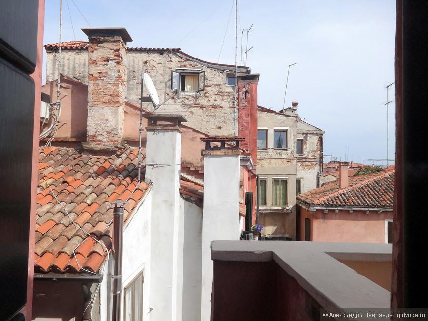 Вид на крыши Венеции из окна спальни в отеле
