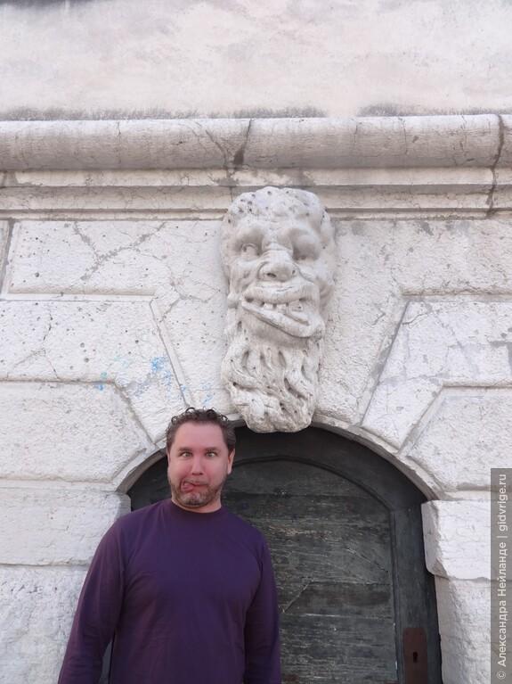 Гримаса маски на церкви Санта-Мария Формоза: попробуй повтори!